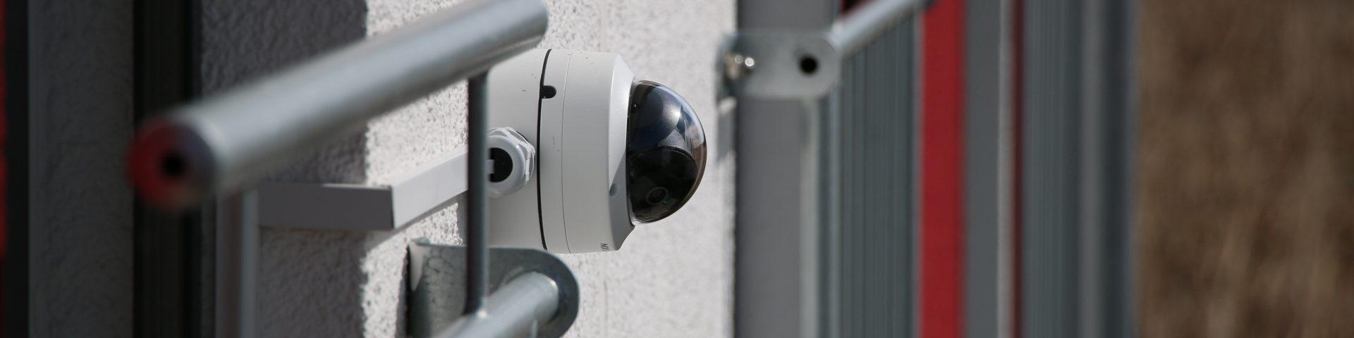Hikvision IP-Kamera zwischen Fenstern